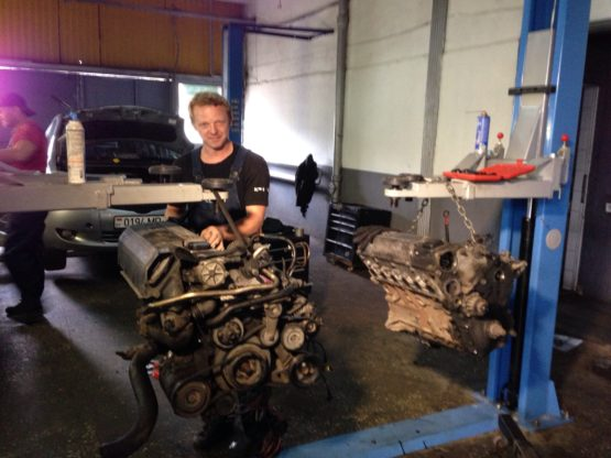 Мастер ремонтирует двигатель
