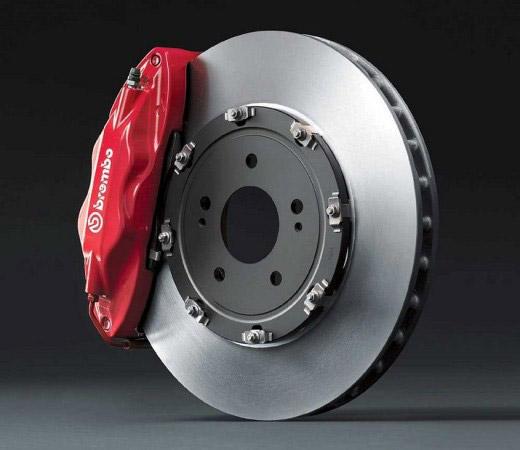 красная тормозная колодка на тормозном диске