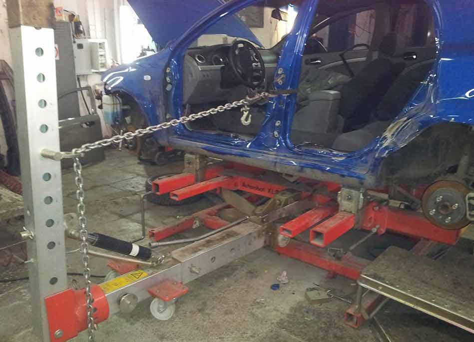 машине с помощью цепи восстанавливают геометрию кузова