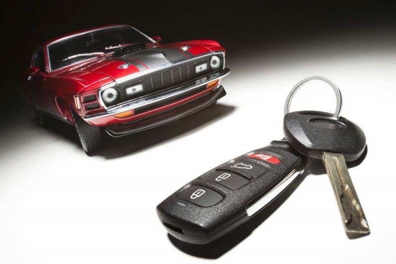автомобиль и ключи с сигнализацией