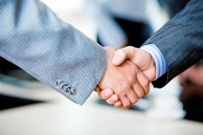 два мужчины жмут друг другу руку