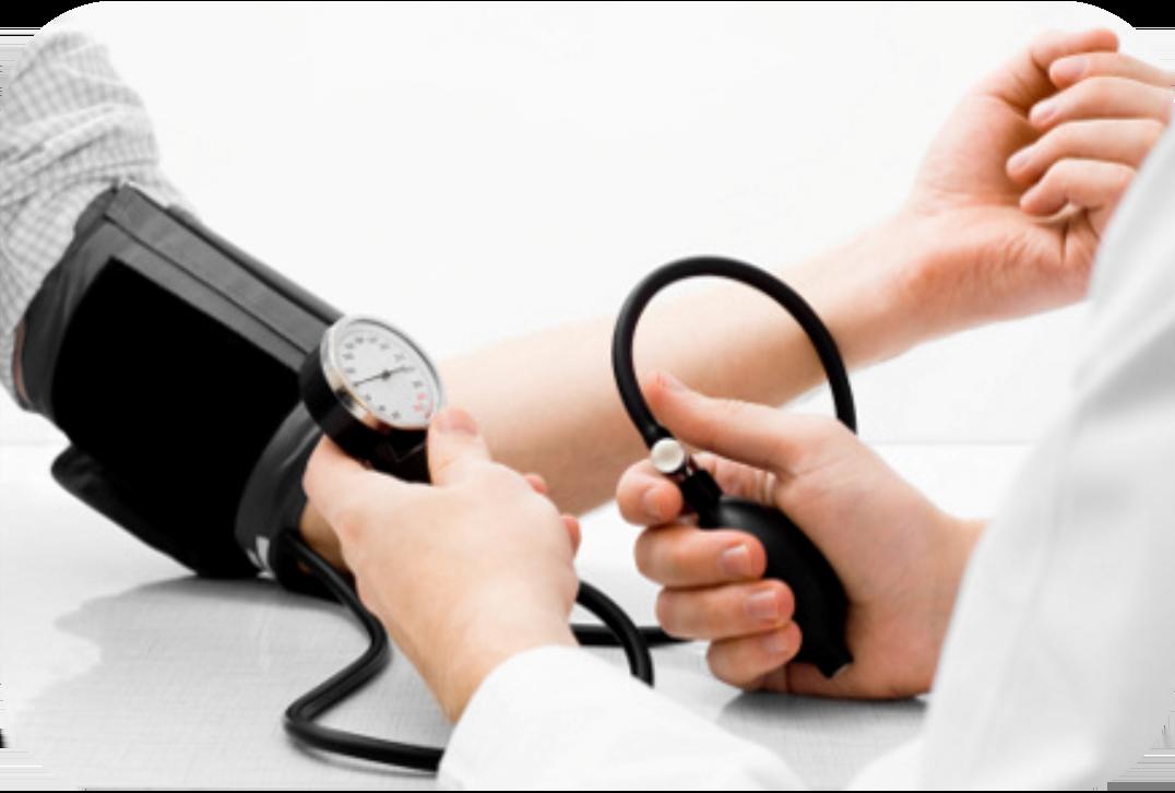 врач измеряет давление
