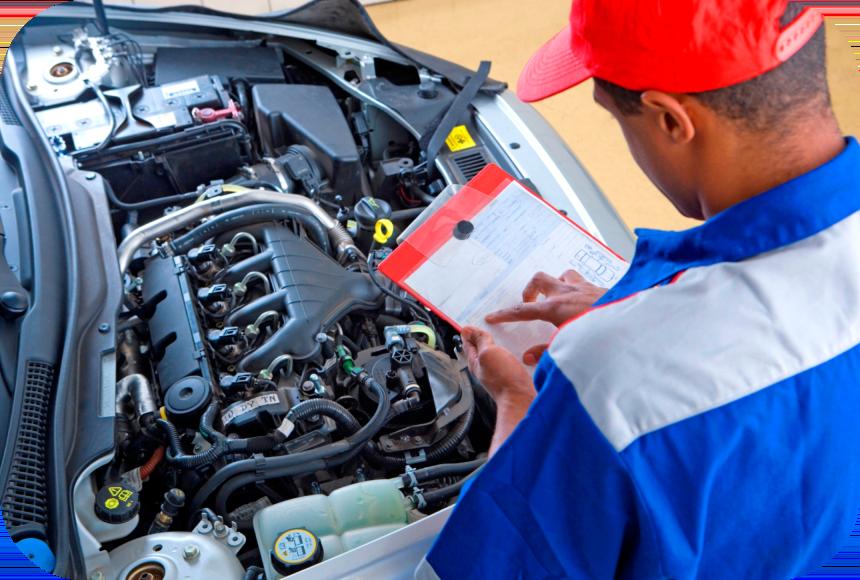 Работник ремонтирует двигатель
