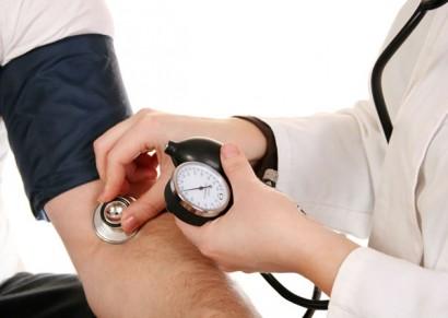 врач меряет давление